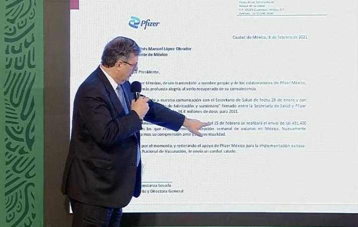 Marcelo Ebrard lee la carta de Pfizer enviada a AMLO en la mañanera en Palacio Nacional