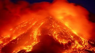 Lava brota del volcán Etna, que se encuentra cerca de Catania, Sicilia. El coloso más activo de Europa cobró vida alrededor de las 4pm, hora local del martes, según el Instituto Italiano de Geofísica y Vulcanología. Cámara Foto Ap / Salvatore Allegra