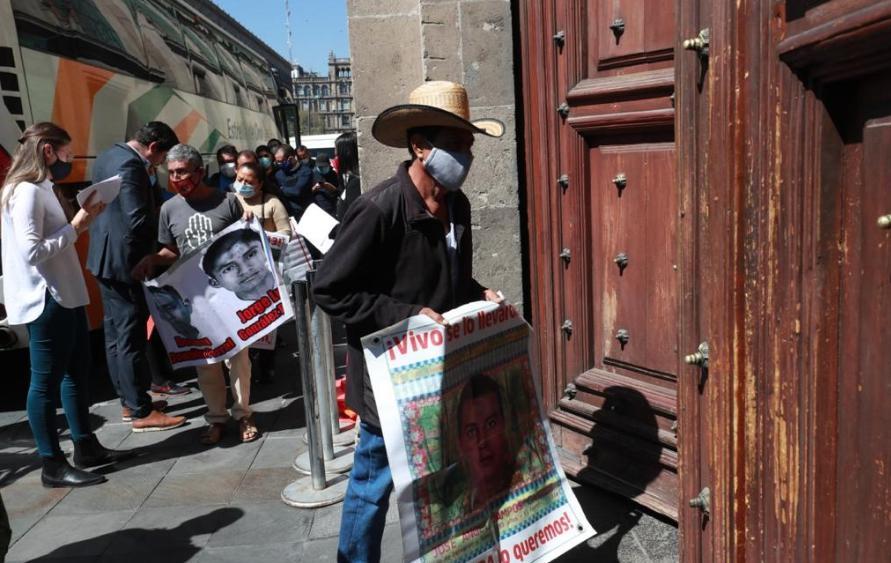 Arribo de los padres de los 43 estudiantes desaparecidos de Ayotzinapa a Palacio Nacional, para sostener una reunión con el presidente Andrés Manuel López Obrador. Foto Luis Castillo