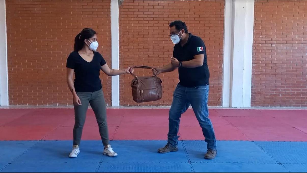 Mujer participa en taller de defensa personal