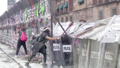 Un grupo de jóvenes intenta atravesar las vallas y el cerco policiaco que resguardan el Palacio Nacional, en el marco del Día Internacional de la Mujer, el 8 de marzo de 2021. Foto Roberto García Ortiz