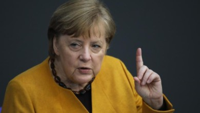 """El plan de aumentar las restricciones tenía """"las mejores intenciones"""" en un momento en que los contagios aumentan en el país, señaló la canciller Angela Merkel. Foto Ap"""