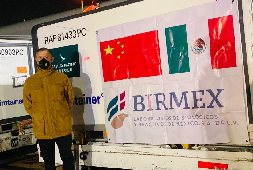 Pedro Zenteno en el AICM recibiendo un millón de vacunas Sinovac