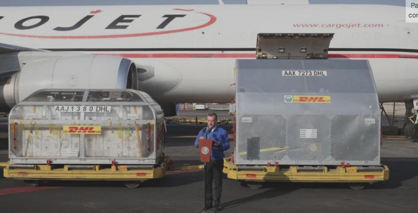 Dos contenedores con 477 mil 500 dosis de vacuna contra el Covid-19, producidas por Pfizer, arribaron al Aeropuerto Benito Juárez de la Ciudad de México y fueron recibidas por el director de Birmex, Pedro Zenteno, el 30 de marzo de 2021. Foto José Antonio López