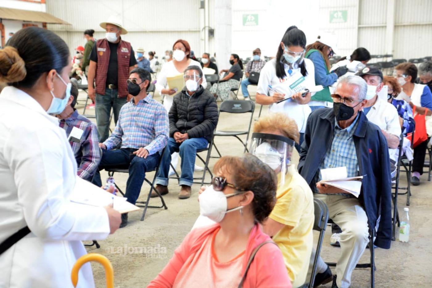 Aplican vacunas a adultos mayores en Feria de Pachuca