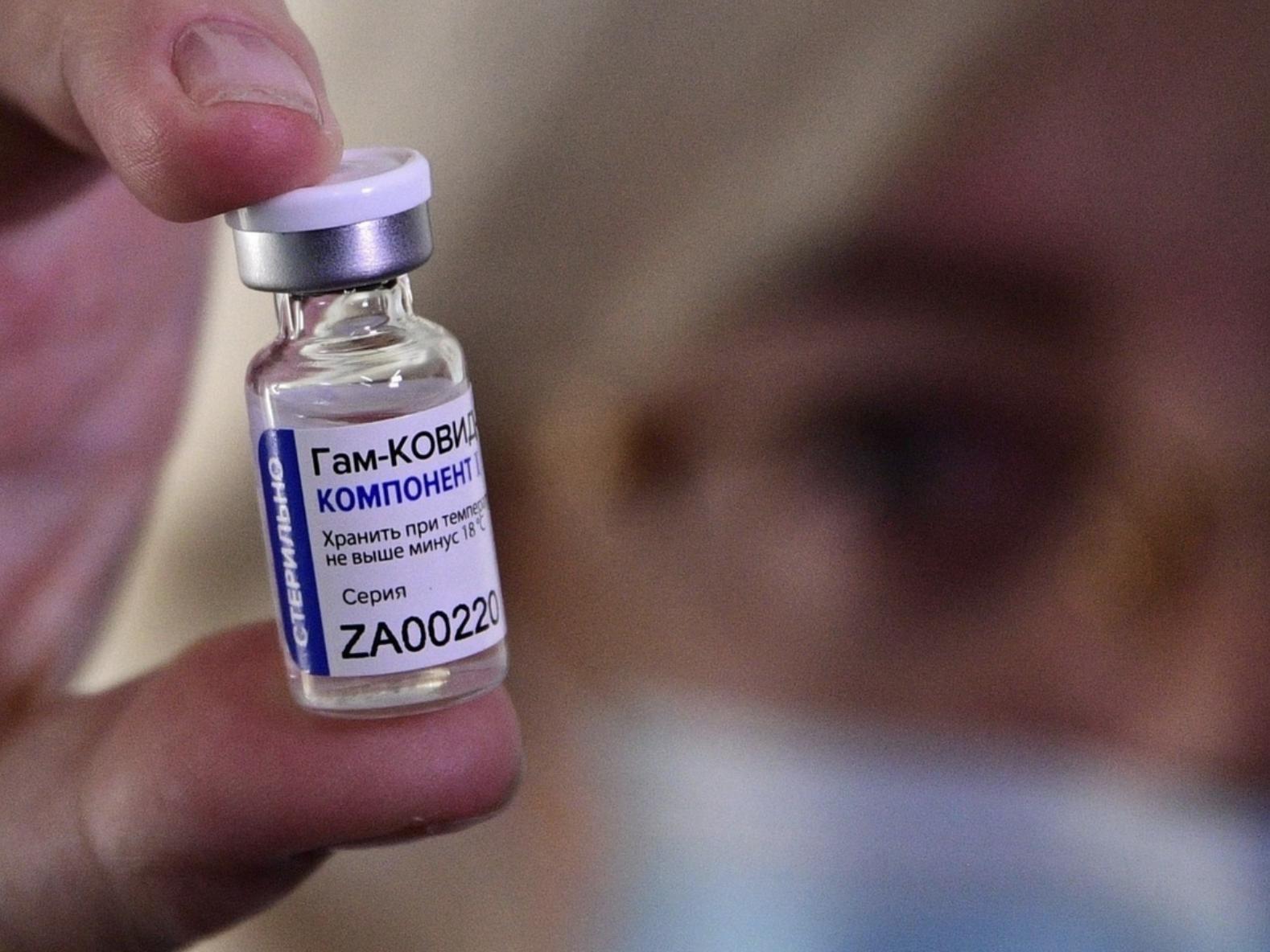 El canciller Marcelo Ebrard informó que México y Rusia trabajan para acordar que la vacuna Sputnik V sea envasada en Birmex. Foto Afp / Archivo
