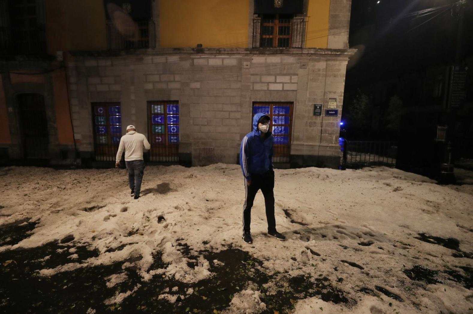 Calles del Centro Histórico de la Ciudad de México quedaron tapizadas por el granizo y algunos encharcamientos por la tormenta de ayer. Foto Marco Peláez