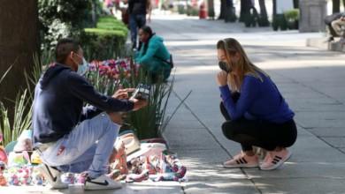Una turista negocia con un comerciante sobre Avenida Paseo de la Reforma, el 3 de febrero de 2021. Foto José Antonio López