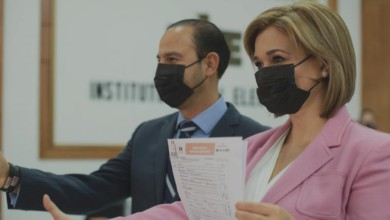 El dirigente nacional del PAN, Marko Cortés, y María Eugenia Campos, durante el registro de ésta como candidata a la gubernatura ante el Instituto Estatal Electoral de Chihuahua, el pasado 15 de marzo e 2021. Foto tomada del Twitter de @MaruCampos_G