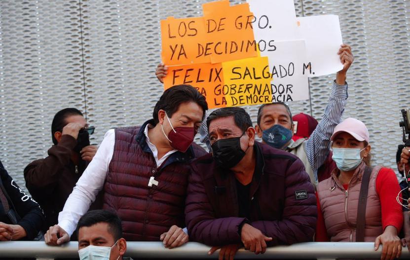 El aspirante de Morena para la gubernatura de Guerrero, Félix Salgado Macedonio, y el dirigente del partido, Mario Delgado