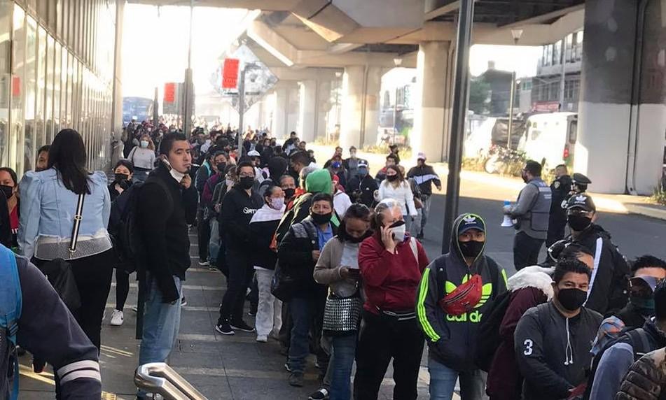 Usuarios haciendo fila en Metro Tezonco